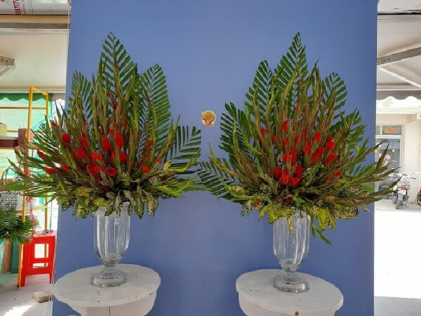 Cách cắm hoa huệ đỏ chưng bàn thờ siêu đẹp